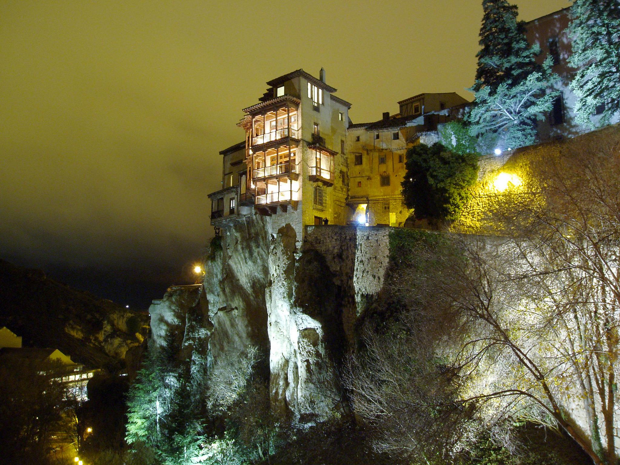 Las casas colgadas iluminadas muy cerca del apartamento turistico mirando a cuenca